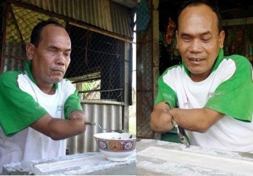 Thầy Khanh Rong bị cụt hay tay, mù một mắt nhưng vẫn vươn lên trong cuộc sống bằng nghị lực phi thường