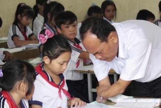 Thầy đang dạy cho học sinh của mình bằng chính đôi tay đầy nghị lực ấy
