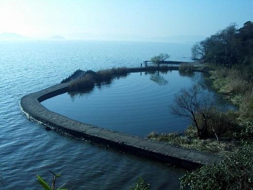 Nước trong hồ trong vắt, uốn lượn bao quanh khắp cả Vô Tích. Nó bao gồm hơn 50 hòn đảo lớn nhỏ.   Du khách có thể tự do chèo thuyền để tự mình khám phá cảnh đẹp ở đây