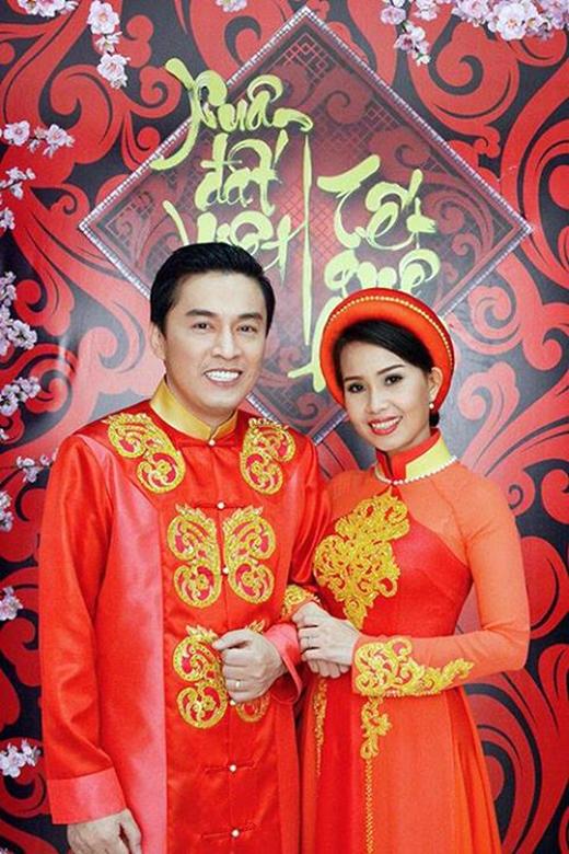 Cặp đôi ca sĩ thần tượng từ thập niên 90, Lam Trường - Cẩm Ly luôn nhận được sự yêu thích, ủng hộ của khán giả từ nhiều thập kỉ qua. Hiện tại, mỗi người đều có gia đình và sự nghiệp riêng nên ít khi xuất hiện trên sân khấu cùng nhau. Tuy nhiên từ sau chương trình Giọng hát Việt nhí vừa qua, bộ đôi giám khảo chân chất, giản dị này lại khiến các fan 'điên đảo' trở lại. Mới đây, cả 2 lại tiếp tục cùng nhau tham gia ghi hình cho một chương trình Tết Việt với những bộ trang phục đỏ rực đậm không khí ngày xuân.