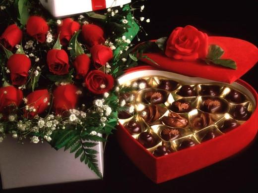Hoa hồng và chocolate là những món quà truyền thống ngày Valentine. (Ảnh: freakify.com)