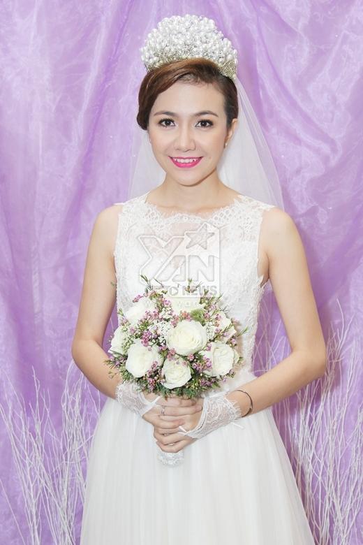 Cô dâu Ái Châu rạng rỡ trong bộ váy cưới màu trắng tinh khiết. - Tin sao Viet - Tin tuc sao Viet - Scandal sao Viet - Tin tuc cua Sao - Tin cua Sao