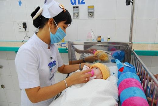 Cường đang được các y tá chăm sóc