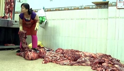 Thịt bò bị để bừa bãi trên sàn nhà.