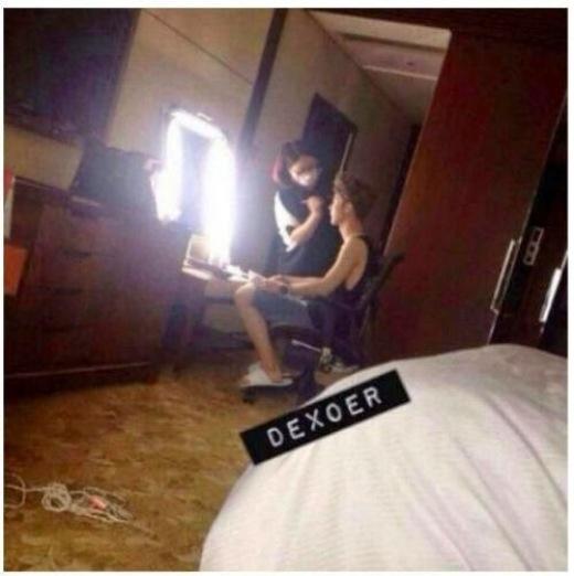 Chiếc quần lót của D.O được rao bán Một trong những lần fan cuồng gắn cả camera trong phòng nghỉ của EXO, bắt gặp Luhan đang trang điểm chuẩn bị lên sân khấu.