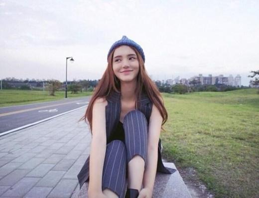 Aileena - Vương Duy Lâm được xem như là nữ thần của Đại học Vũ Hán, Hồ Bắc - một trong những trường đại học hàng đầu Trung Quốc hiện nay. Cô gái này nổi tiếng không chỉ vì sắc đẹp mà cả tài năng. Cô gái tài sắc vẹn toàn này luôn đứng trong top những học sinh ưu tú khi học tập tại ngôi trường.