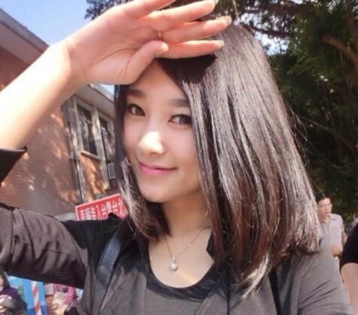 Li Yun Xi (23 tuổi), sinh viên ĐH Trùng Khánh khiến nhiều người bất ngờ khi được bình chọn là người đứng đầu trong danh sách những trường đại học có nhiều nữ sinh xinh đẹp nhất Trung Quốc. Bảng xếp hạng do Rocket News 24 công bố. Tất cả các cô gái đều được coi là Miss Campus của Trung Quốc, mỗi năm danh sách lại được cập nhật một lần.