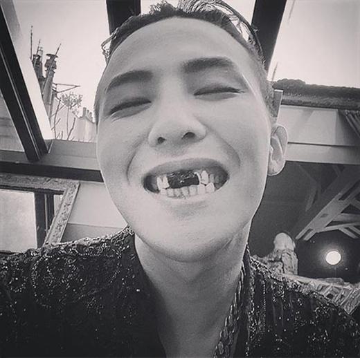 G-Dragonbất ngờ khoe hình độc khiến fan không khỏi thích thú. Anh chia sẻ: 'Tạm biệt Paris nhé. #YoungGoo ở đây nè'.