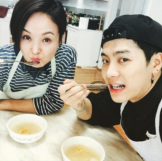 Jackson khoe hình cùng đàn chị Jong Ok và nói rằng: 'Món soup của chị nấu là ngon nhất'