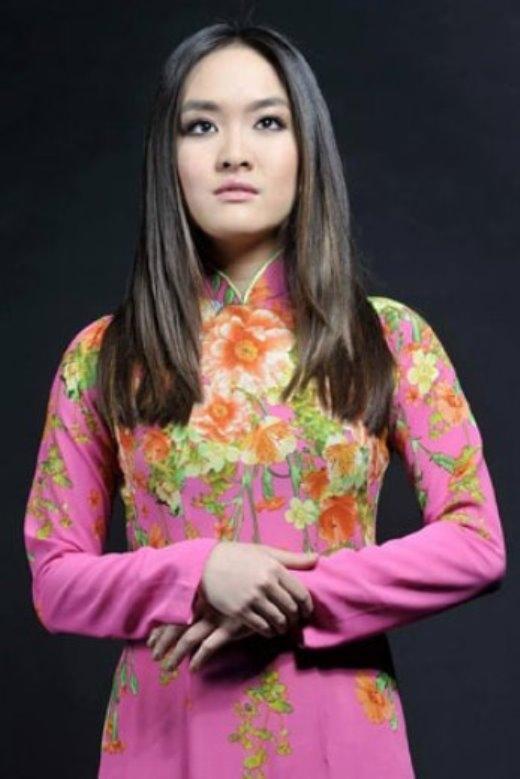 Trong tà áo dài Việt Nam