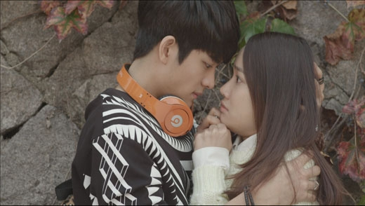 Tình huống 'giả vờ' hài hước của Jun Su để lấy cớ được ôm Linh, bảo vệ cô khỏi nguy hiểm như Khánh từng làm. Nhưng thay vì một chiếc xe máy 'phóng' vụt qua thì ở tình huống này chỉ là... một em bé đi xe đạp mà thôi.