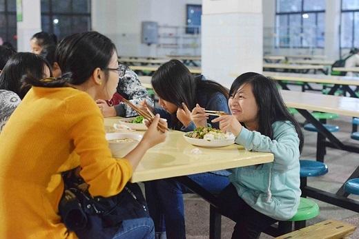 Ngoài việc tạo điều kiện tốt nhất cho Lưu học tập, nhà trường còn miễn phí thức ăn trong căn tin, xếp cho Lưu giường tầng phía dưới để cô dễ bề nghỉ ngơi.