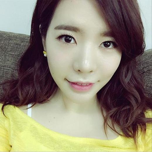 Sunny bất ngờ khoe hình tự sướng với chiếc áo vàng, cô nàng không khỏi thích thú và chia sẻ: 'Vàng, vàng, #chick'.