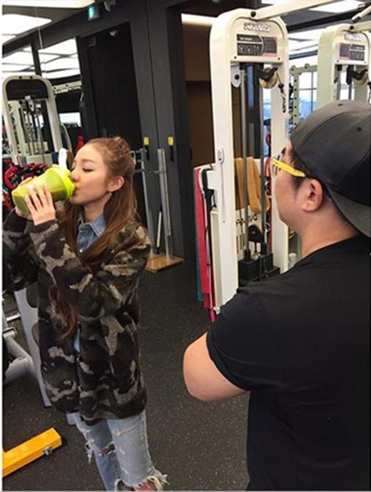 Dara (2NE1) thích thú với nước uống bổ dưỡng và khoe: 'Do lịch trình bận rộn, tôi đã không thể tập luyện và có cảm giác ngon miệng. Nhưng tôi cảm thấy mạnh mẽ. Thay vì một bữa ăn, thì một lượng protein. Kya. Tôi giả vờ bận rộn đấy'.