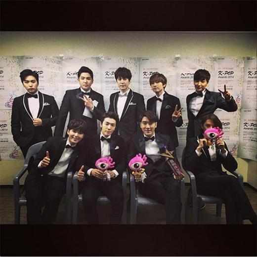 Siwon bất ngờ đăng tải hình Super Junior trong trang phục vest cực bảnh bao.