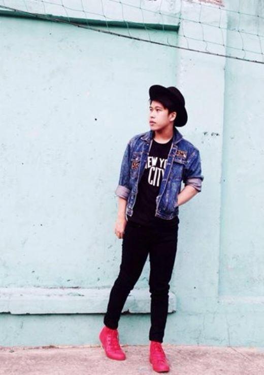 Ai nói con trai là không thể diện trang phục nổi bật? Anh chàng nay đã khéo léo kết hợp áo khoác jeans bụi bặm cùng nón feroda thời thượng với đôi giày rubber đỏ nổi ấn tượng. Vậy là đã có một vẻ ngoài vừa 'chất' lại vừa cá tính.