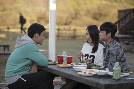 Jun Su bám riết lấy Linh mọi lúc mọi nơi.