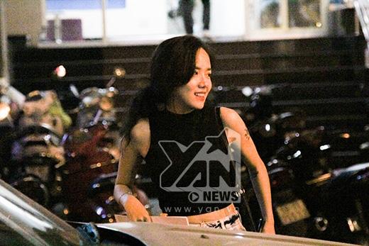 Phương Ly gây chú ý bởi vẻ ngoài xinh xắn cùng hình xăm hoa sen nổi bật, sau khi cà phê nhẹ nhàng cùng bạn, cô tự tay lái xe chở cặp đôi Sa Lim đi đến điểm hẹn tiếp theo. Trông cô khá tất bật với xấp giấy tờ trong tay.