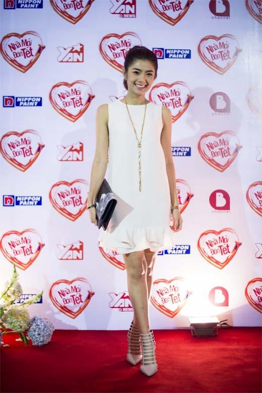 VJ Phương Linh - VJ quen thuộc trong các chương trình YAN Vpop 20, 100 độ - ngọt ngào trong trang phục 'white on white' đến tham dự chương trình. Cô chia sẻ: 'Linh cảm thấy rất vui vì bản thân mình đã góp phần vào một việc rất ý nghĩa khi Tết đến xuân về'