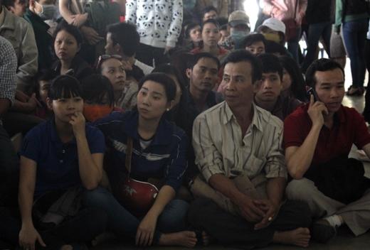 Chị Phạm Thu Phượng quê Quảng Ngãi cho biết, đến xếp hàng từ 7h nhưng đã có cả trăm người chờ sẵn nên ít có cơ hội đến lượt. 'Chờ chút nữa nếu không có gì khả quan tôi về, còn công việc, gia đình ở nhà nữa', chị này nói.
