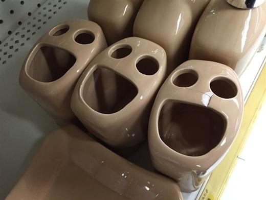 Những chiếc ly đựng bạn chải đánh răng rất vui mừng khi thấy bạn