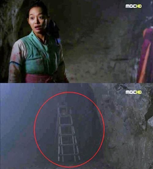 Cũng trongArang and The Magistrate, tổ đạo cụ của đoàn làm phim để quên cả chiếc thang trong một cảnh quay.
