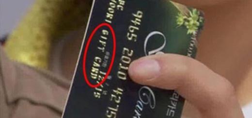 Theo như kịch bản phimRooftop Prince, thẻ tín dụng màLee Gak (Yoochun)sử dụng là thẻ không giới hạn và có thể tiêu xài thoải mái. Nhưng các khán giả tinh ý phát hiện đây chỉ là thẻ quà tặng (gift card) có giá trị khoảng hơn 100 ngàn won (tương đương 2 triệu đồng).