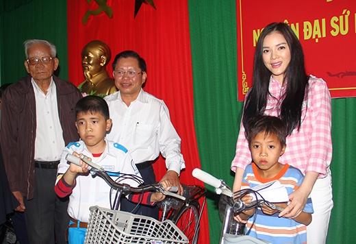 Và còn tặng 50 chiếc xe đạp cho các em học sinh nghèo hiếu học. - Tin sao Viet - Tin tuc sao Viet - Scandal sao Viet - Tin tuc cua Sao - Tin cua Sao
