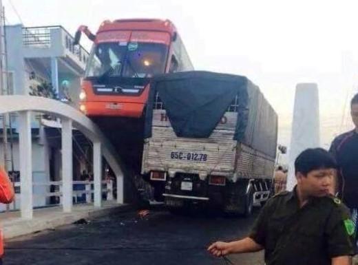 Xe khách Phương Trang lao lên thành cầu Láng Sen sáng 2/2 khiến 30 hành khách một phen thót tim.Ảnh: độc giả cung cấp.