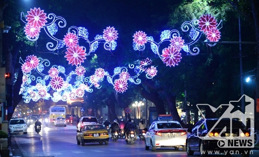 Phố Hàng Khay bên rìa Hồ Gươm được trang trí đèn hoa đủ màu sắc rực rỡ...