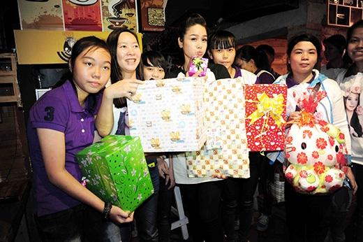 Nhật Kim Anh hạnh phúc trong 'núi' quà của fan. - Tin sao Viet - Tin tuc sao Viet - Scandal sao Viet - Tin tuc cua Sao - Tin cua Sao