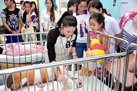 Trước đó, cô cũng đã đến tặng 500 kg gạo, quần áo và tiền lì xí cho 256 trẻ em khuyết tật tại trung tâm nuôi dưỡng và bảo trợ trẻ em Quận Gò Vấp. Đây là số tiền cô trích ra từ tiền thưởng cuộc thi Sao Việt toàn năng. - Tin sao Viet - Tin tuc sao Viet - Scandal sao Viet - Tin tuc cua Sao - Tin cua Sao