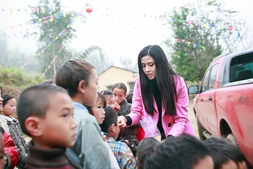 Đang đi trên đường, Nguyễn Thị Loan đã dừng xe lại tặng kẹo cho các em nhỏ. - Tin sao Viet - Tin tuc sao Viet - Scandal sao Viet - Tin tuc cua Sao - Tin cua Sao