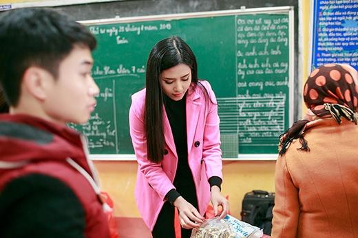Tự tay Nguyễn Thị Loan chuẩn bị các phần quà trao tặng cho từng em nhỏ vùng cao. - Tin sao Viet - Tin tuc sao Viet - Scandal sao Viet - Tin tuc cua Sao - Tin cua Sao