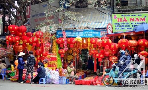 Hai bên phố Hàng Mã có rất nhiều cửa hàng...