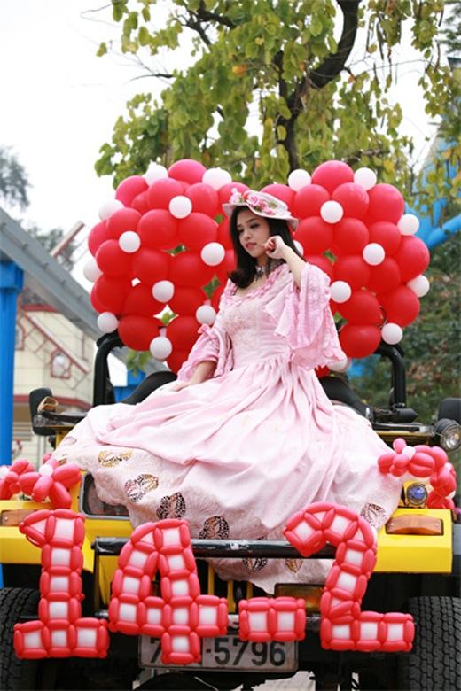 Nàng ' Juliet' đang tạo dáng trên chiếc xe đạo cụ vô cùng lãng mạn.