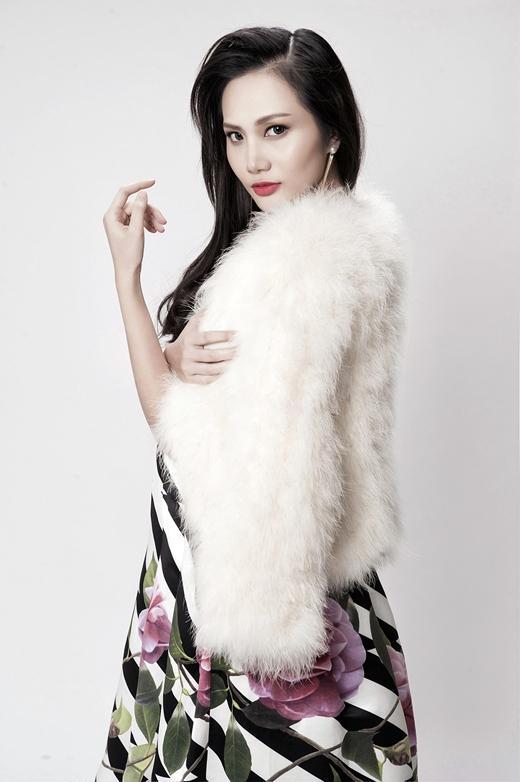 Chiếc áo khoác lông trắng phủ ngoài bộ váy hoa tạo cảm giác sang trọng, quý phái hơn cho Diệu Linh.