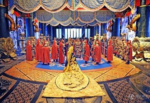 Ngay cả khi đăng cơ Hoàng đế, bộ hoàng bào của Võ Tắc Thiên được làm từ vải công nghệ 3D hiện đại tạo hiệu ứng hình ảnh nhưng không hợp yếu tố thời gian.