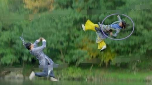 Tân Thần điêu đại hiệp mắc khá nhiều lỗi trong quá trình phát sóng nhưng cảnh gây xôn xao nhất chính là việc ê kíp để lộ mặt của 'nam diễn viên đóng thế' Lý Mạc Sầu - Trương Hinh Dư.