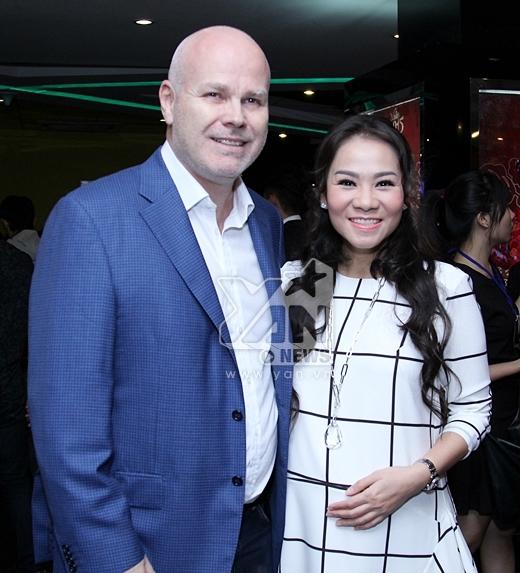 Bà bầu Thu Minh và chồng Tây tay trong tay đến chúc mừng 'đả nữ' Ngô Thanh Vân ra mắt phim. - Tin sao Viet - Tin tuc sao Viet - Scandal sao Viet - Tin tuc cua Sao - Tin cua Sao