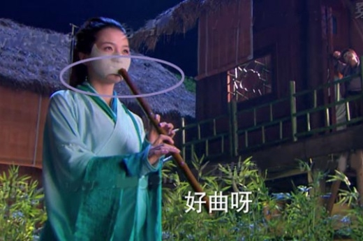 Nữ nhân đeo mặt nạ vẫn có thể thổi sáo