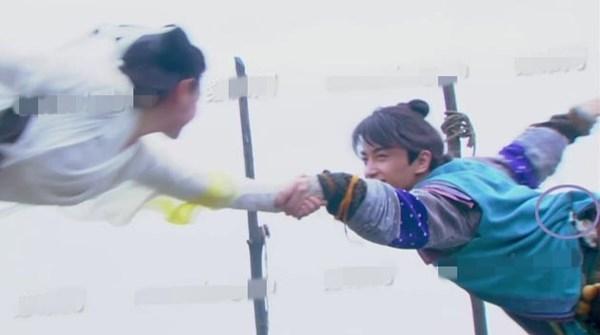 Ở phân cảnh này, khán giả có thể nhìn thấy đoạn móc dây cáp treo người của Dương Quá (Trần Hiểu). Hình ảnh này khiến tập phim bị cư dân mạng ném đá mạnh mẽ.