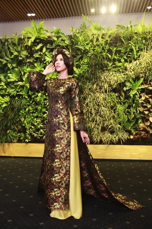 Chất liệu chính tạo nên bộ sưu tập là gấm, taffta, và lụa tơ tằm truyền thống Việt Nam.