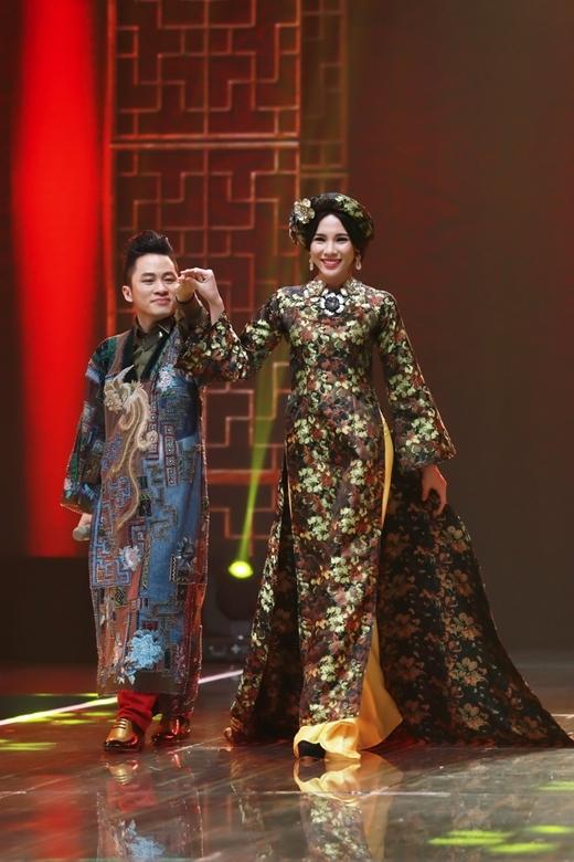 Đảm nhiệm vai trò vedette, Á khôi Lệ Quyên tự tin sải những bước catwalk đầy chuyên nghiệp bên cạnh đó không quên truyền tải ý đồ của NTK thông qua chiếc áo dài mà cô đang mặc.