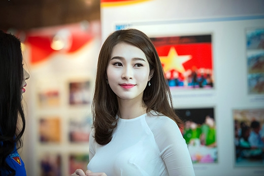 Một năm sau khi đăng quang ngôi vị cao nhất cuộc thi Hoa hậu Việt Nam, Đặng Thu Thảo là tâm điểm gây chú ý mỗi lần cô xuất hiện. - Tin sao Viet - Tin tuc sao Viet - Scandal sao Viet - Tin tuc cua Sao - Tin cua Sao