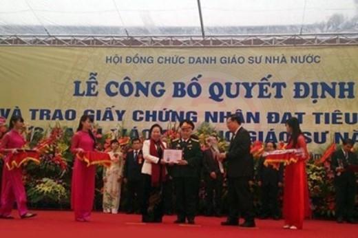 Phó Chủ tịch nước Nguyễn Thị Doan trao chứng nhận đạt tiêu chuẩn chức danh GS- PGS cho các nhà giáo.