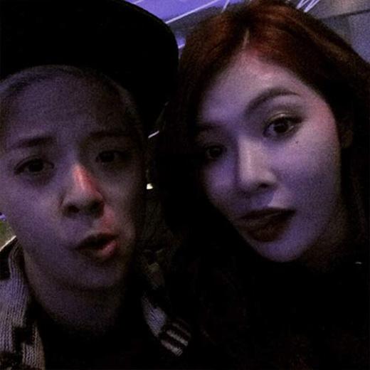 Amber 'khoe' ảnh chụp cùng cô bạn cùng tuổi: 'Cô bạn 7 năm của mình, Hyuna. Ke. Chúng ta già rồi. #92line #ohmyback #prettyage24'