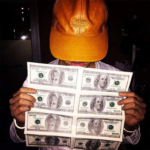 G-Dragonchia sẻ bức ảnh đầy đô la, bày tỏ nỗi băn khoăn và tiếc nuối: 'Làm sao mình có thể xài tiền khi mà chúng quý giá như thế này.'