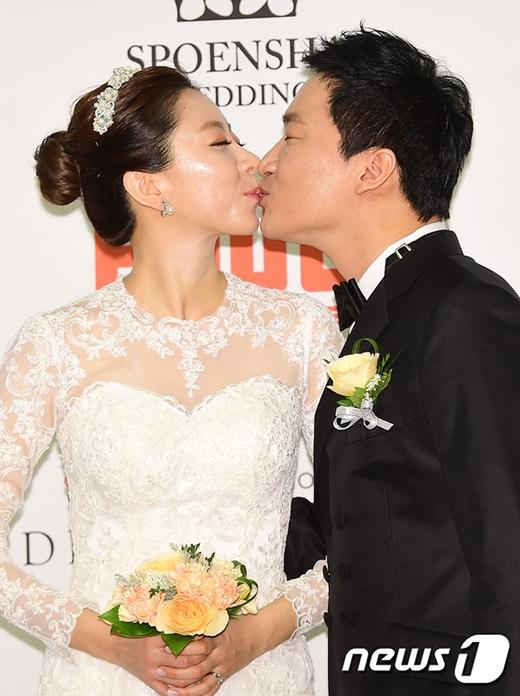 Hai vợ chồng không ngần ngại ngọt ngào trước ống kính phóng viên