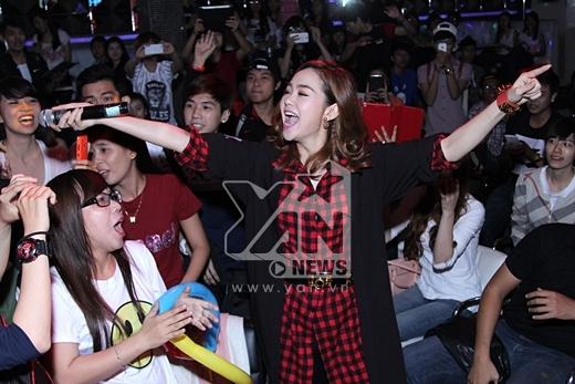 Minh Hằng còn đi xuống phía dưới để cùng hát chung với khán giả, đặc biệt là các fans của 'Bé Heo' - Tin sao Viet - Tin tuc sao Viet - Scandal sao Viet - Tin tuc cua Sao - Tin cua Sao